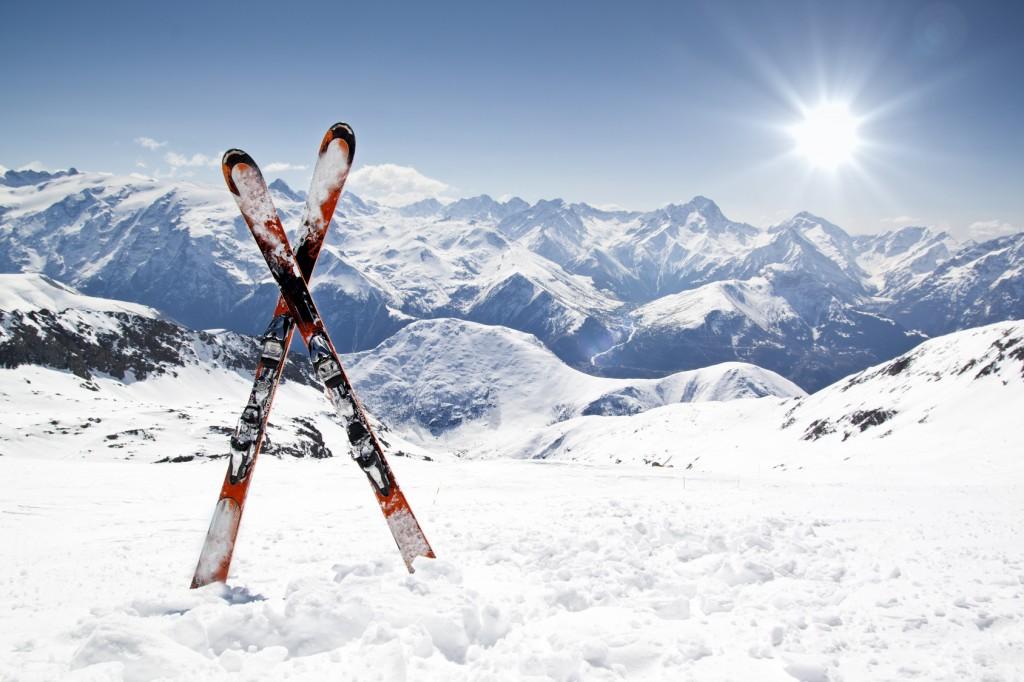 Skier und Bergpanorama