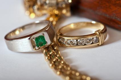 Ringe mit Juwelen und Edelsteinen