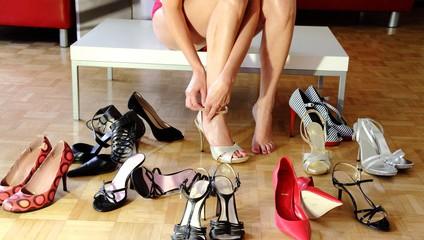 Eine Frau kauft Schuhe