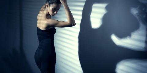 Frau tanzt im schwarzen Kleid