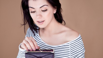 Frau greift in ihre Portemonnaie