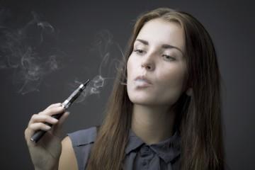 elegante Frau mit E-Zigarette